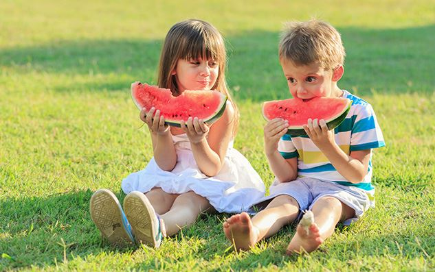 Little-girl-and-a-boy-eating-watermelon